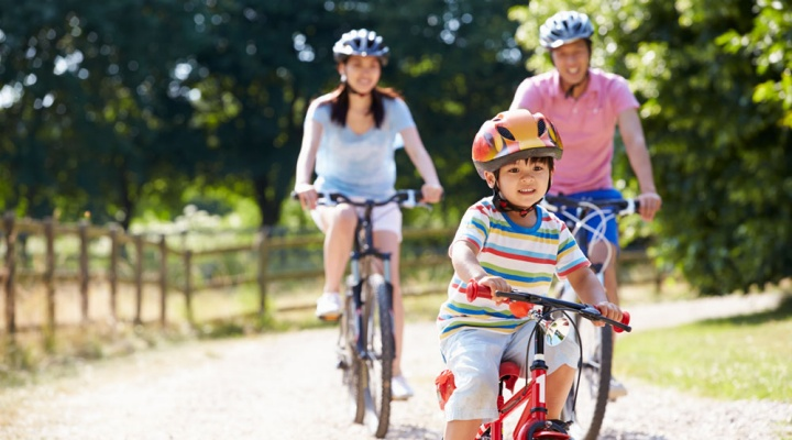 Family on a bike ride keeping healty.